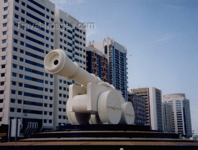 uaead4: UAE - Abu Dhabi: Goliath gun - Cannon in Al-Ittihad Square / Cannon Square - monument - art on Skeikh Rashid bin Saeed al-Maktoum Street - photo by M.Torres - (c) Travel-Images.com - Stock Photography agency - Image Bank
