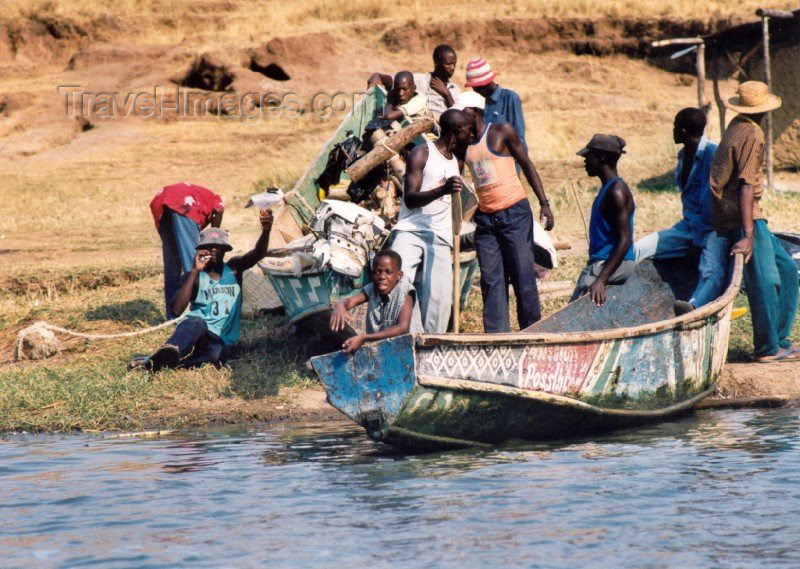 uganda10: Uganda - Queen Elizabeth National park: Kazinga channel - the ferrymen (photo by Nacho Cabana) - (c) Travel-Images.com - Stock Photography agency - Image Bank