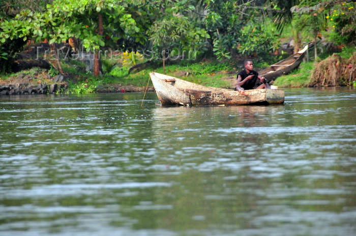 uganda138: Jinja, Uganda: man on a wooden canoe - source of the Nile river, western bank - photo by M.Torres - (c) Travel-Images.com - Stock Photography agency - Image Bank