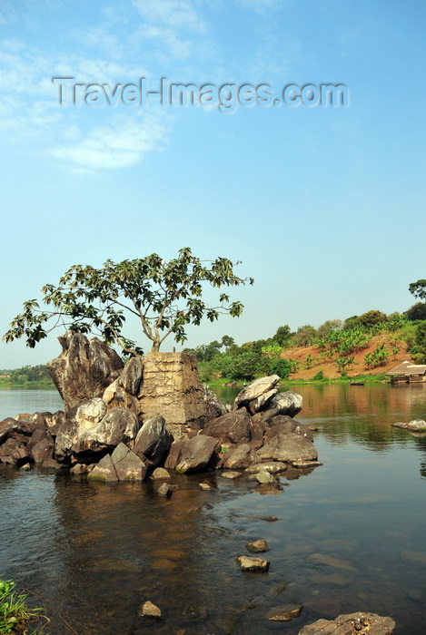 uganda141: Jinja, Uganda: source of the Nile river at Lake Victoria, Napoleon gulf - concrete marker on a rock near Ripon Falls island, the falls themselves disappeared with the construction of Owen Falls Dam - photo by M.Torres - (c) Travel-Images.com - Stock Photography agency - Image Bank