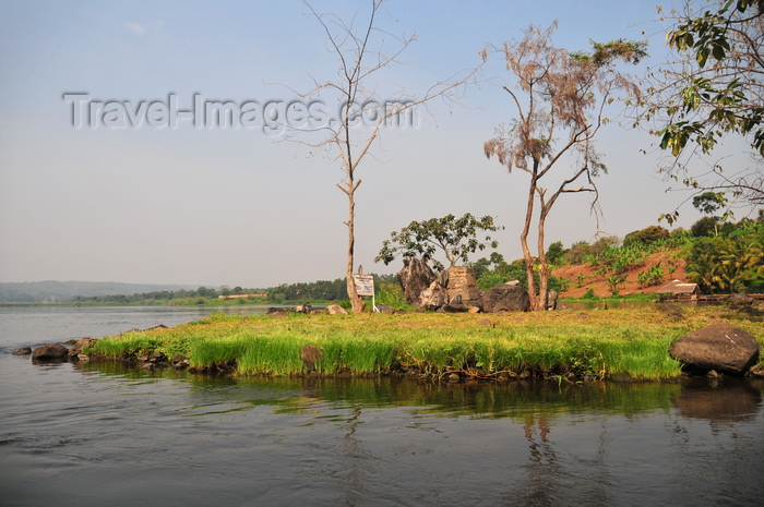 uganda143: Jinja, Uganda: source of the Nile river at Lake Victoria (left), Napoleon gulf - the grass covered Ripon Falls island, the falls themselves disappeared with the construction of Owen Falls Dam - photo by M.Torres - (c) Travel-Images.com - Stock Photography agency - Image Bank