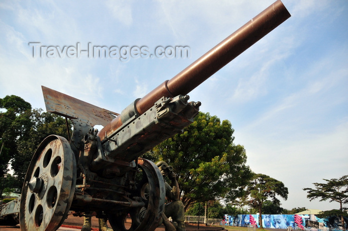 uganda157: Entebbe, Wakiso District, Uganda: war memorial on Portal Road - 130 mm heavy gun L35 model of 1909,  Fried. Krupp A.G. - photo by M.Torres - (c) Travel-Images.com - Stock Photography agency - Image Bank
