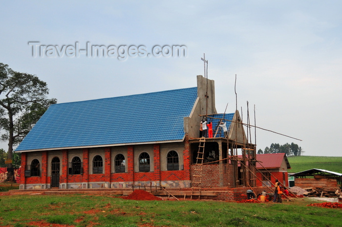 uganda21: Lugazi, Buikwe District, Uganda: workers building a new church - photo by M.Torres - (c) Travel-Images.com - Stock Photography agency - Image Bank