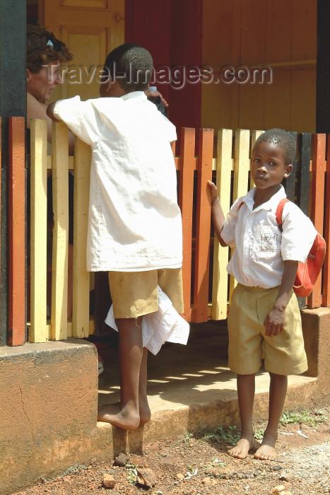 uganda26: Uganda - Misindi: a watchful eye - kids (photo by Jordan Banks) - (c) Travel-Images.com - Stock Photography agency - Image Bank