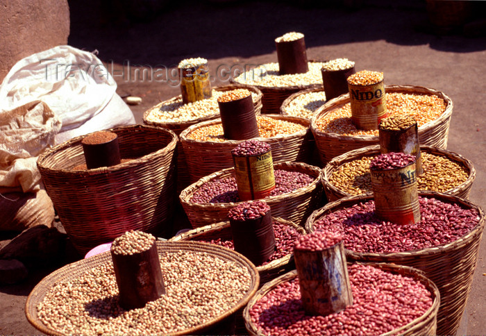 uganda33: Uganda - Fort Portal - beans and baskets - photos of Africa by F.Rigaud - (c) Travel-Images.com - Stock Photography agency - Image Bank