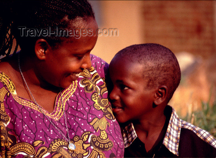 uganda41: Uganda - Kyarusozi - Kyenjojo district - mother and son - photos of Africa by F.Rigaud - (c) Travel-Images.com - Stock Photography agency - Image Bank