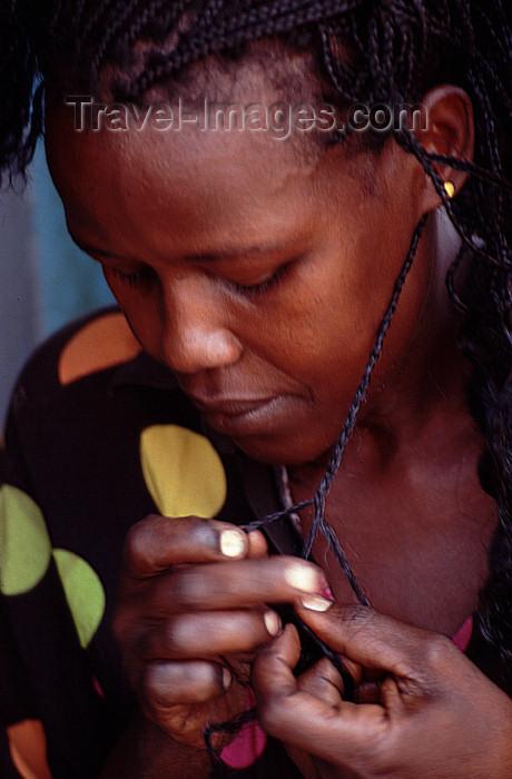 uganda43: Uganda - Kyarusozi - woman doing braids - photos of Africa by F.Rigaud - (c) Travel-Images.com - Stock Photography agency - Image Bank