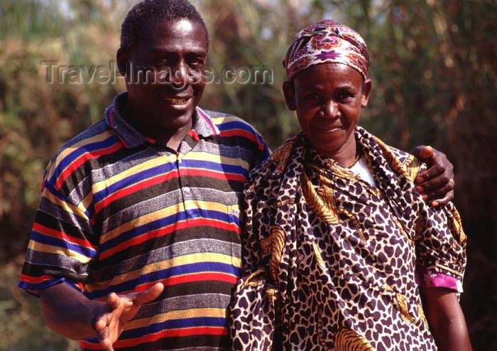 uganda44: Uganda - Kyarusozi,  Kyenjojo district - couple - photos of Africa by F.Rigaud - (c) Travel-Images.com - Stock Photography agency - Image Bank