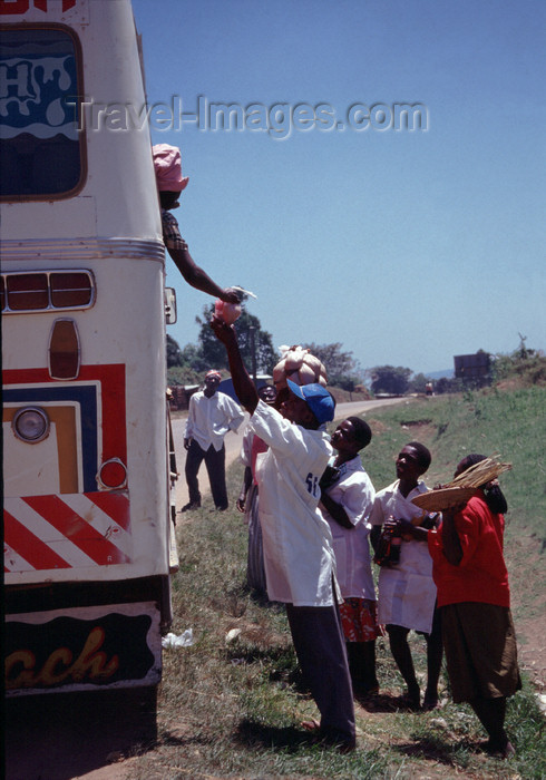 uganda46: Uganda - selling goods to passengers on a bus - photos of Africa by F.Rigaud - (c) Travel-Images.com - Stock Photography agency - Image Bank