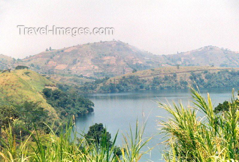 uganda7: Uganda - Kibale forest: crater lake (photo by Nacho Cabana) - (c) Travel-Images.com - Stock Photography agency - Image Bank