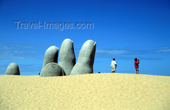 uruguay20: Punta del Este, Maldonado dept., Uruguay: the town's most famous landmark - hand in the sand sculpture, by Mario Irarrazabal - La Brava beach - photo by S.Dona' - (c) Travel-Images.com - Stock Photography agency - Image Bank