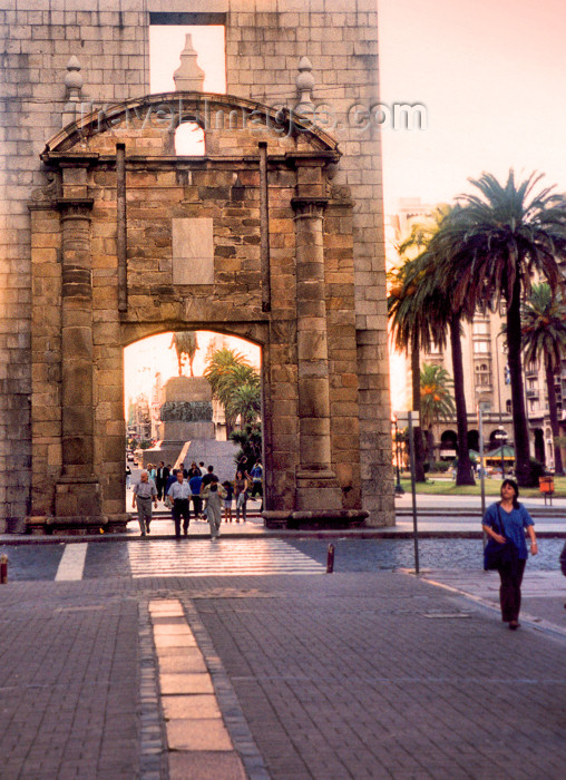 uruguay9: Uruguay - Montevideo: the old Spanish gate - Gateway of the Citadel - Plaza Independencia, in Ciudad Vieja - photo by M.Torres - (c) Travel-Images.com - Stock Photography agency - Image Bank