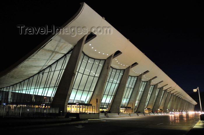 usa1061: Dulles, Virginia, USA: Washington Dulles International Airport - main terminal at night - architect Eero Saarinen - the roof is a suspended catenary - IAD - photo by M.Torres - (c) Travel-Images.com - Stock Photography agency - Image Bank