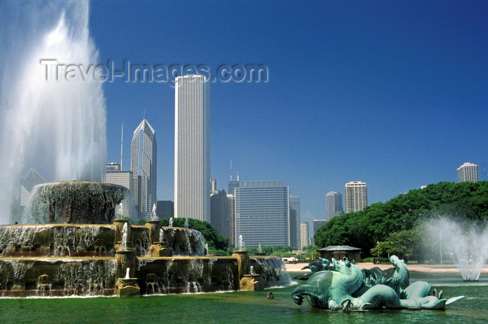usa1079: Chicago, Illinois, USA: Buckingham Memorial Fountain with its sea horses is the center piece of Grant Park - downtown - sculptures by Marcel F. Loyau and Jacques Lambert - Aon and Prudential towers in the background - photo by C.Lovell - (c) Travel-Images.com - Stock Photography agency - Image Bank