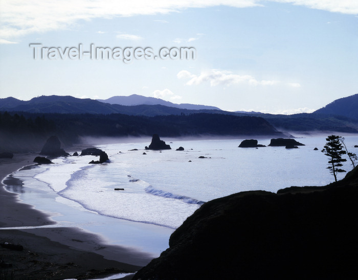 usa147: Pacific coast (Oregon): rocky beach - backlighted view of Cannon Beach - photo by  J.Fekete - (c) Travel-Images.com - Stock Photography agency - Image Bank