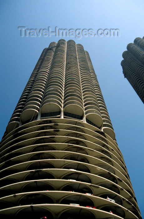usa170: Chicago, Illinois, USA: corn cob towers - Marina City with parking, apartments, shops and river access - State Street - architect Bertrand Goldberg - photo by C.Lovell - (c) Travel-Images.com - Stock Photography agency - Image Bank