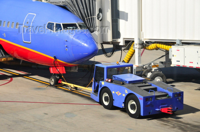 usa1709: Boise, Idaho, USA: front of Southwest Boeing 737,  jet bridge and FMC tug  - N212WN - B737-7H4 cn 32485 - Boise Airport - Gowen Field - BOI - photo by M.Torres - (c) Travel-Images.com - Stock Photography agency - Image Bank