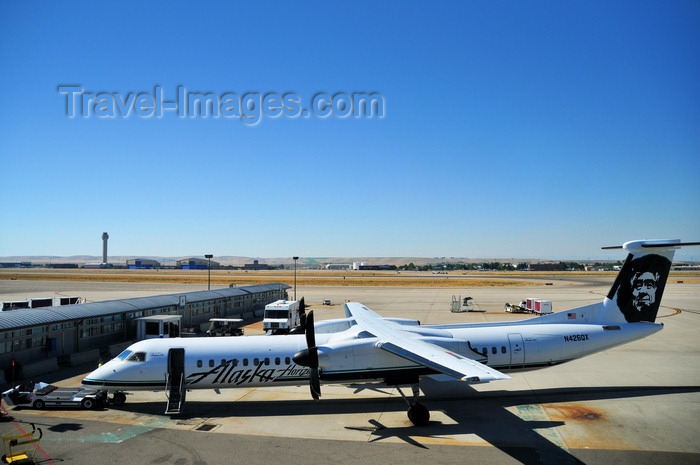 usa1710: Boise, Idaho, USA:  Horizon Air Bombardier Dash 8-Q402 operating for Alaska Airlines - N426QX cn 4154 - Boise Airport - Gowen Field - BOI - photo by M.Torres - (c) Travel-Images.com - Stock Photography agency - Image Bank