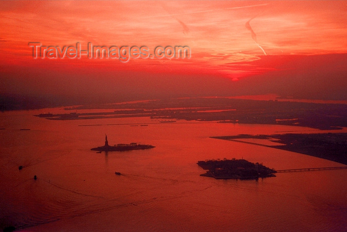 usa23: Hudson river (New York): dusk over Ellis Island and the Statue of Liberty - New Jersey on the right - photo by M.Torres - (c) Travel-Images.com - Stock Photography agency - Image Bank