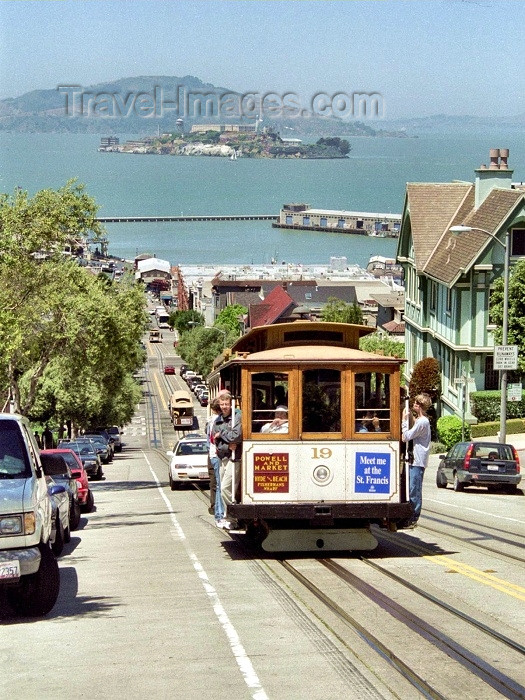 usa253: San Francisco (California): a tram climbs a hill - Alcatraz in the background - tram line nr 19 - Powel and Market - photo by M.Bergsma - (c) Travel-Images.com - Stock Photography agency - Image Bank