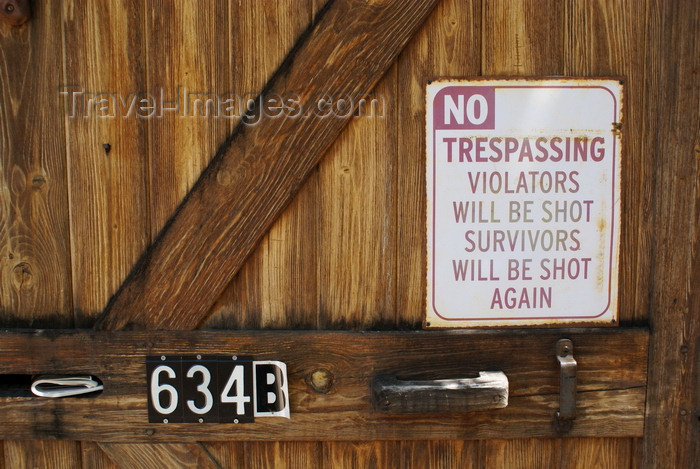 usa36: Santa Fé, New Mexico, USA: gate, along canyon Road - no entry sign sign reading 'No trespassing - violators will be shot. Survivors will be shot again.' - photo by A.Ferrari - (c) Travel-Images.com - Stock Photography agency - Image Bank