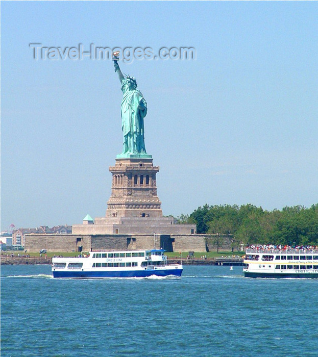 usa384: New York: Statue of Liberty - tourist boats near Liberty Island - sculptor: Bartholdi - Unesco world heritage site - Liberty Enlightening the World - photo by Llonaid - (c) Travel-Images.com - Stock Photography agency - Image Bank