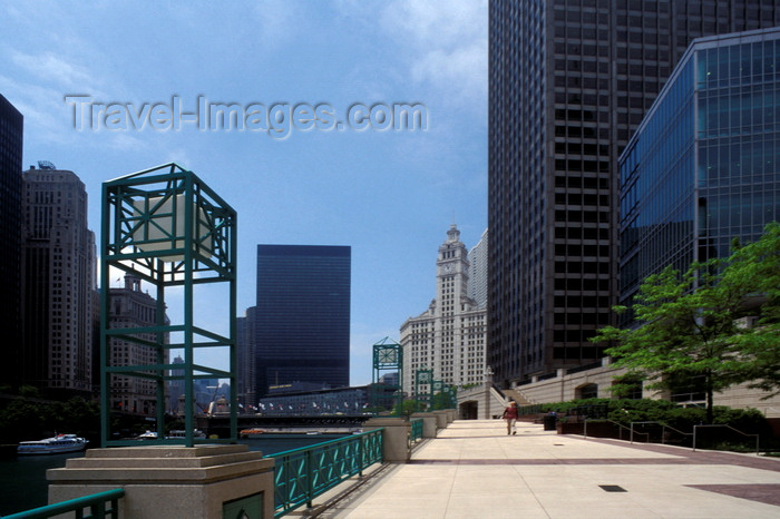 usa536: Chicago, Illinois, USA: the parkway along the chicago river a few blocks from lake Michigan - lamp - photo by C.Lovell - (c) Travel-Images.com - Stock Photography agency - Image Bank