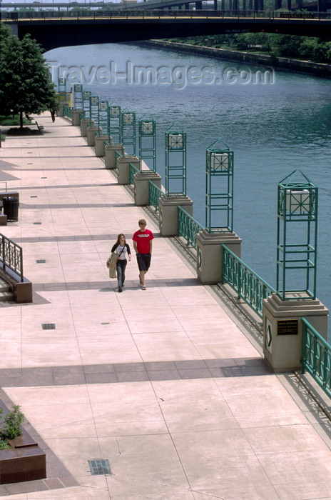 usa537: Chicago, Illinois, USA: leisure time - friends walk along a parkway along the Chicago River - line of lamps - photo by C.Lovell - (c) Travel-Images.com - Stock Photography agency - Image Bank