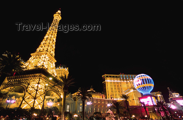usa725: USA - Las Vegas (Nevada): Paris Hotel at night (photo by B.Cain) - (c) Travel-Images.com - Stock Photography agency - Image Bank