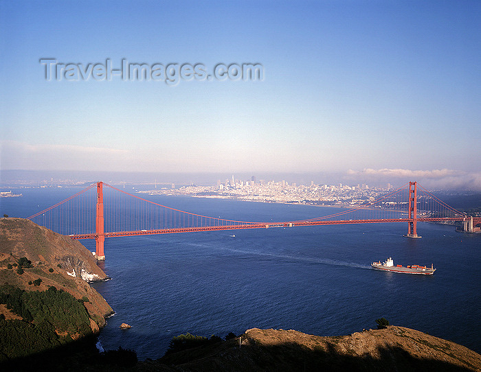 usa830: San Francisco (California): view of Golden Gate bridge with skyline in background - photo by J.Fekete - (c) Travel-Images.com - Stock Photography agency - Image Bank