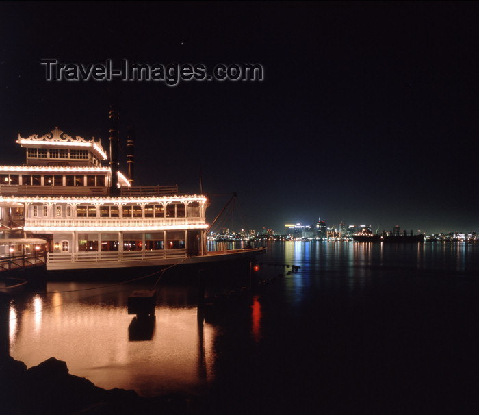 usa958: San Diego (California): Night view of San Diego Bay with a floating restaurant - photo by J.Fekete - (c) Travel-Images.com - Stock Photography agency - Image Bank