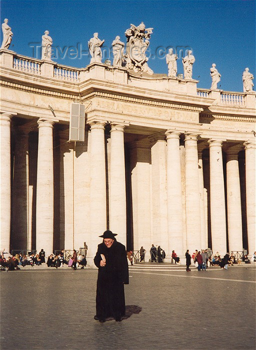 vatican1: Holy See - Vatican - Rome - St. Peter's square - walking to the Basilica - Piazza di San Pietro - colonnade designed by Bernini (photo by Miguel Torres) - (c) Travel-Images.com - Stock Photography agency - Image Bank