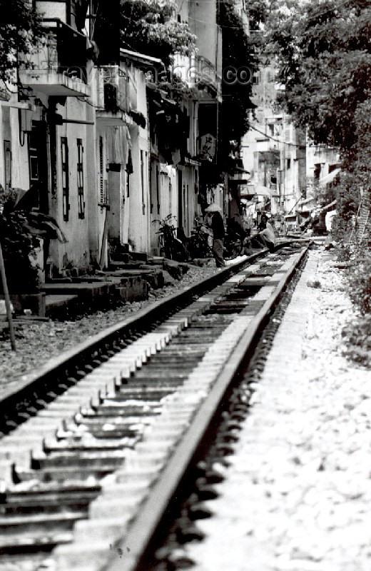 vietnam38: Hanoi - Vietnam: backyard railway - photo by Nacho Cabana - (c) Travel-Images.com - Stock Photography agency - Image Bank