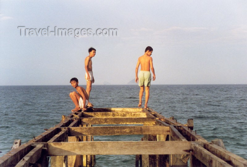 vietnam44: Vietnam - Nha Trang - Khanh Hoa Province: beach boys - photo by N.Cabana - (c) Travel-Images.com - Stock Photography agency - Image Bank