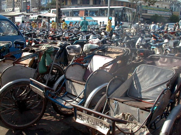 vietnam66: Vietnam - Ho Chi Minh city / Saigon: Cyclos in front of BT market - photo by R.Ziff - (c) Travel-Images.com - Stock Photography agency - Image Bank