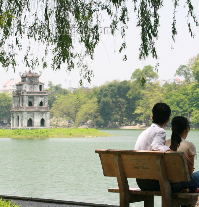 vietnam96: Hanoi - Vietnam - Hoan Kiem Lake - couple on a bench - photo by Tran Thai - (c) Travel-Images.com - Stock Photography agency - Image Bank