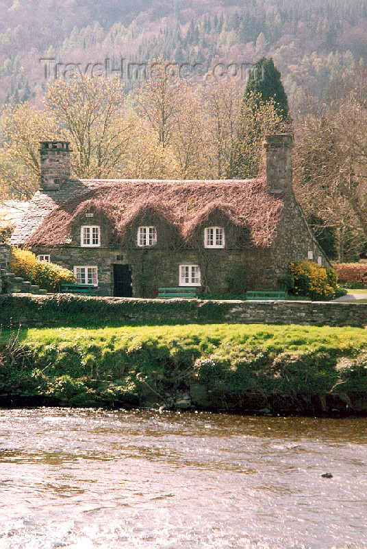 wales13: Llanwryst / Llanwrst, Cowny county, Wales: Ty Hwnt i'r Bont - creeper covered 15th century cottage, once a courthouse, now a tea room owned by the National Trust - photo by A.Baptista - (c) Travel-Images.com - Stock Photography agency - Image Bank