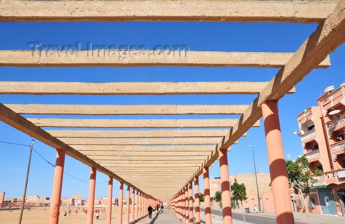 western-sahara21: Laâyoune / El Aaiun, Saguia el-Hamra, Western Sahara: the pergola provides little proctection from the desert sun - Place Oum Saad - photo by M.Torres - (c) Travel-Images.com - Stock Photography agency - Image Bank