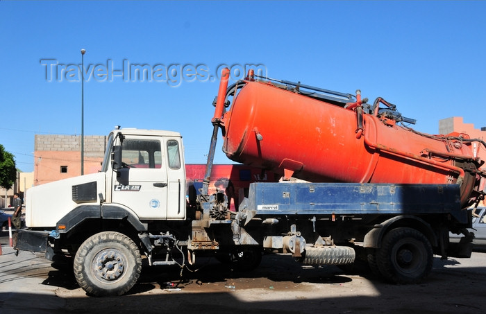 western-sahara25: Laâyoune / El Aaiun, Saguia el-Hamra, Western Sahara: water truck - thousands of these move around the destert - Colomina district - photo by M.Torres - (c) Travel-Images.com - Stock Photography agency - Image Bank