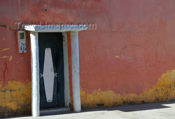 western-sahara37: Laâyoune / El Aaiun, Saguia el-Hamra, Western Sahara: shade is a precious comodity - typical house entrance of Spanish-Sahrawi houses - Colomina district - photo by M.Torres - (c) Travel-Images.com - Stock Photography agency - Image Bank