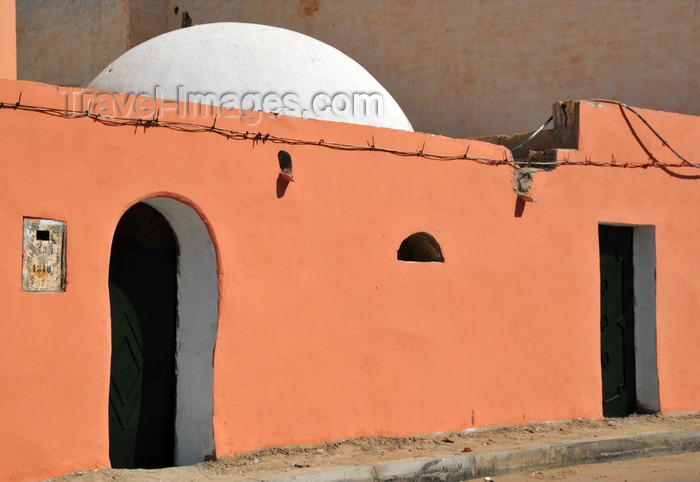 western-sahara85: Laâyoune / El Aaiun, Saguia el-Hamra, Western Sahara: salmon-pink colour house - Colonial district - photo by M.Torres - (c) Travel-Images.com - Stock Photography agency - Image Bank