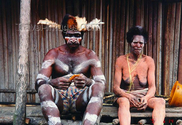 westpapua15: West Papua / Irian Jaya - Owus village: tribal couple - porch of the long house - photo by G.Frysinger - (c) Travel-Images.com - Stock Photography agency - Image Bank