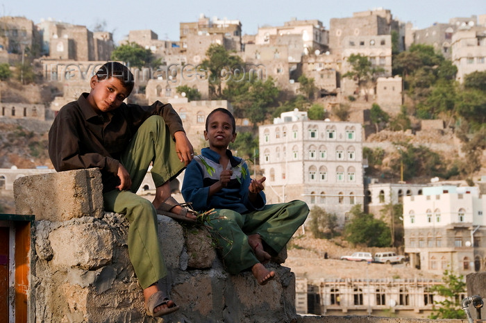 yemen112: Hajjah, Yemen: boys in front of cityscape - photo by J.Pemberton - (c) Travel-Images.com - Stock Photography agency - Image Bank