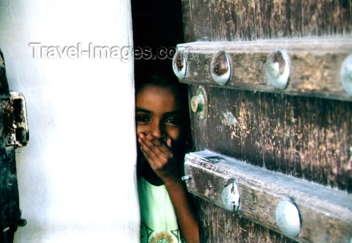 yemen21: Seyun, Hadhramaut Governorate, Yemen: girl behind door, hiding her laughter - photo by N.Cabana - (c) Travel-Images.com - Stock Photography agency - Image Bank