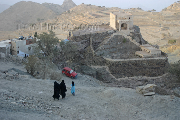 yemen27: Yemen - Hajja governorate - two women in black and a girl blue  near an old water reservoir - photo by E.Andersen - (c) Travel-Images.com - Stock Photography agency - Image Bank