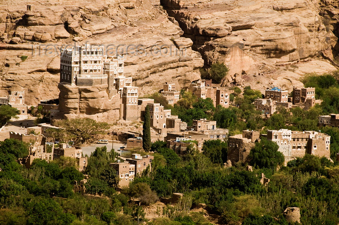 yemen4: Wadi Dhahr, Al-Mahwit Governorate, Yemen: Dar al-Hajar Palace - residence of Imam Yahya and surrounding oasis and cliffs - Arabian Meteora - quintessential Yemeni architecture, growing out of the rocks - photo by J.Pemberton - (c) Travel-Images.com - Stock Photography agency - Image Bank