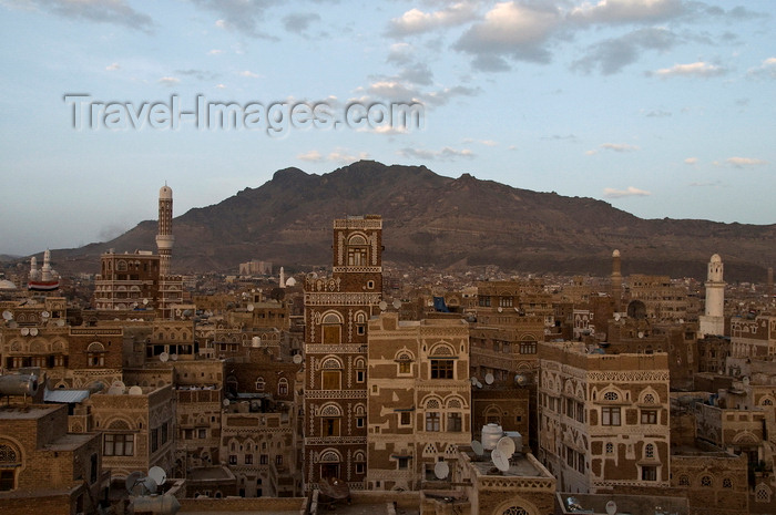 yemen42: Sana'a / Sanaa, Yemen: view over the Old City to the mountains - ancient skyscrapers - UNESCO World Heritage Site - photo by J.Pemberton - (c) Travel-Images.com - Stock Photography agency - Image Bank