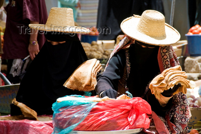yemen44: Sana'a / Sanaa, Yemen: women in the market - straw hats and face-veils - niqab - sartorial hijab - photo by J.Pemberton - (c) Travel-Images.com - Stock Photography agency - Image Bank