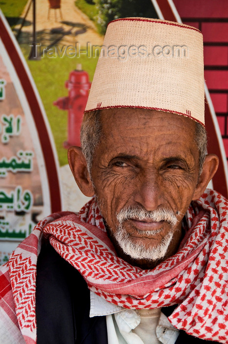 yemen45: Sana'a / Sanaa, Yemen: portrait of old man in traditional hat and scarf - kofia hat, woven from bamboo - photo by J.Pemberton - (c) Travel-Images.com - Stock Photography agency - Image Bank