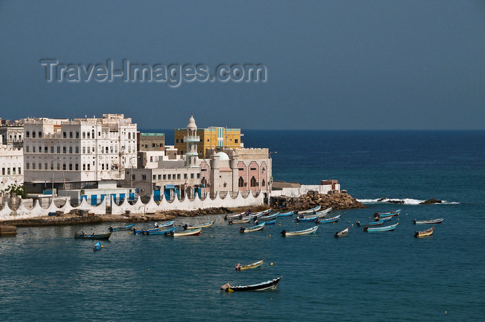 yemen53: Al Mukalla, Hadhramaut Governorate, Yemen: view of part of Old Town - fishing boats and mosque - capital of the Qu'aiti sultanate till 1967 - Arabian Sea - photo by J.Pemberton - (c) Travel-Images.com - Stock Photography agency - Image Bank